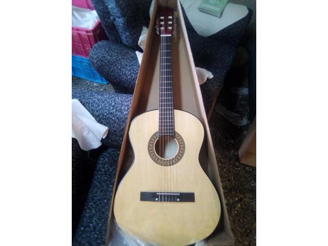 (Guitarra Nueva en su caja-ideal para aprende a tocar): (Color: ROJAS y Color: H